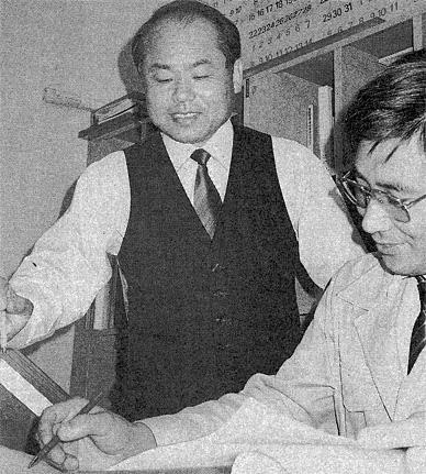 設計者と業務プランニングを検討する岡田(現会長)